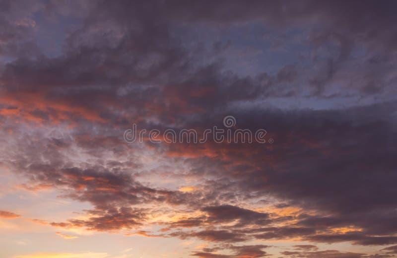 日落被射击有趣的五颜六色的天空 免版税库存图片