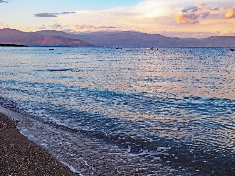 日落覆盖在Nikolaiika海滩和哥林斯人海湾在希腊 库存图片