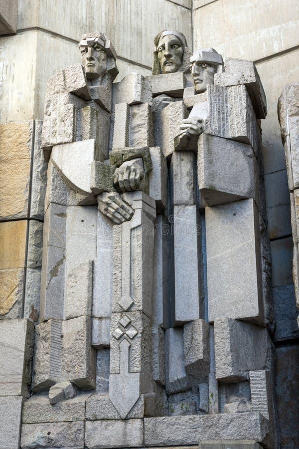 日落观点的保加利亚状态纪念碑的创建者在舒门附近,保加利亚镇的  免版税库存图片