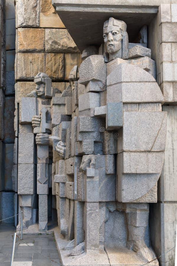 日落观点的保加利亚状态纪念碑的创建者在舒门附近,保加利亚镇的  免版税图库摄影