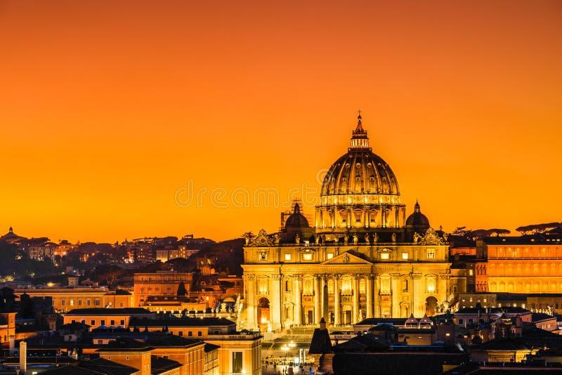 日落观点的圣皮特圣徒・彼得';s大教堂在梵蒂冈,罗马,意大利 库存图片