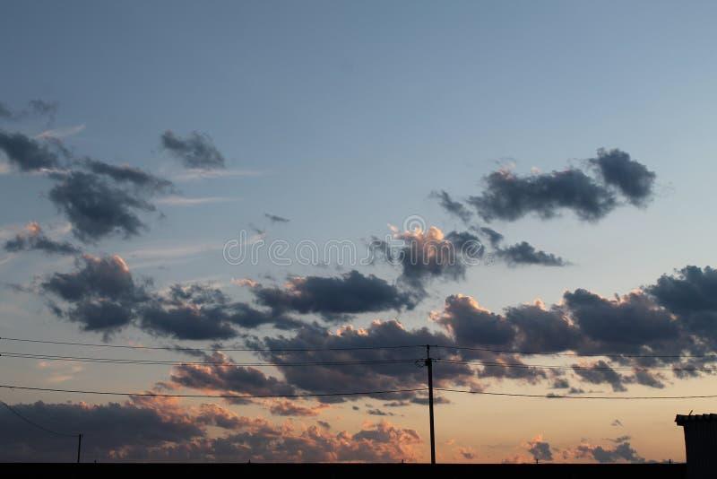 日落视图在村庄 免版税库存照片