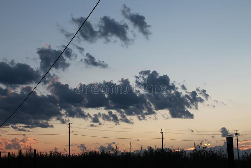 日落视图在村庄 库存图片