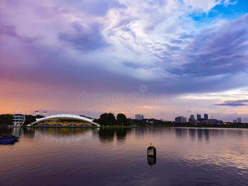 日落视图在湖边 免版税库存照片