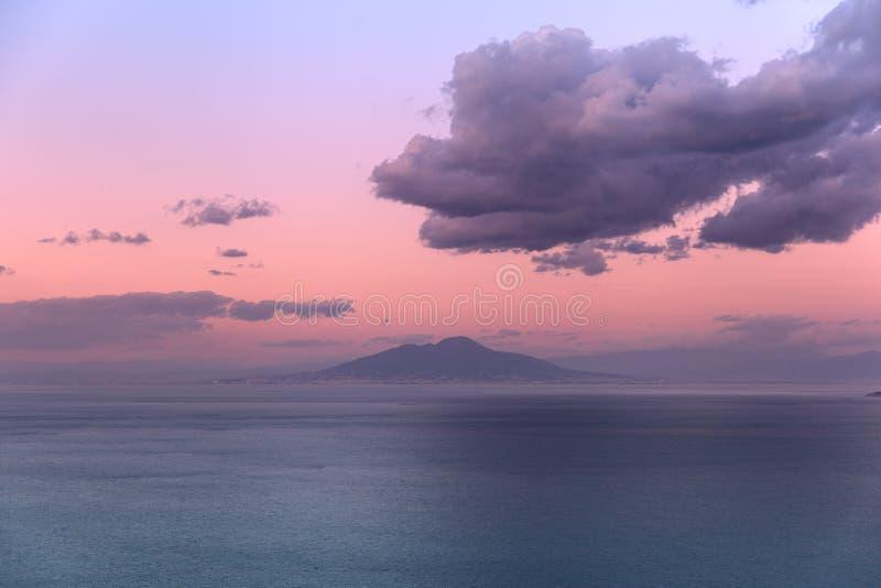 日落视图的维苏威从卡普里 库存照片