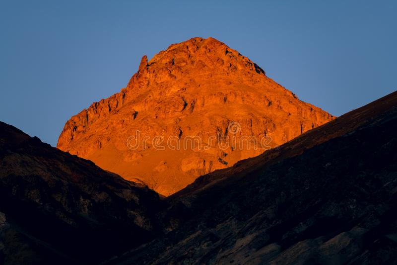 日落金黄光阐明的高沙漠峰顶在阴影的土坎上的 免版税图库摄影