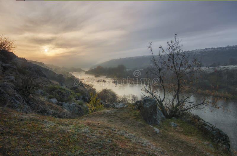 日落风景在南布格河河的 早晨太阳通过蓬松云彩和雾做它的方式 免版税库存照片