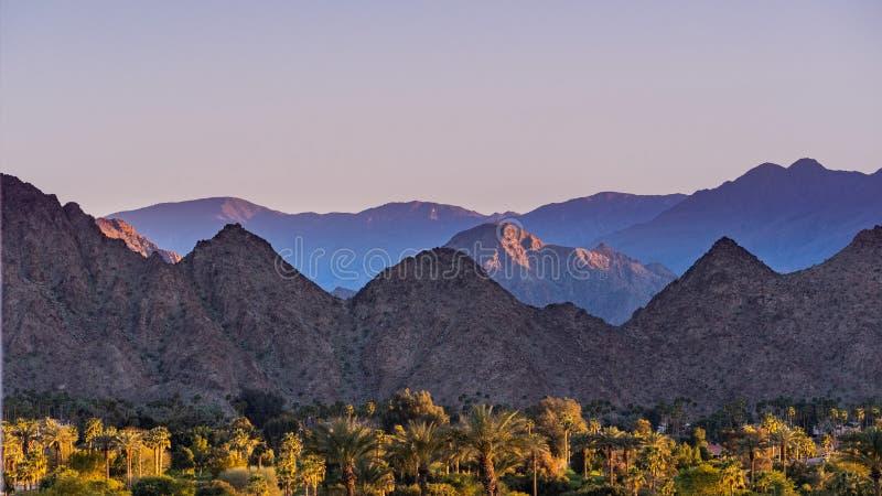 日落风景在Coachella谷,棕榈沙漠,加利福尼亚 免版税库存图片