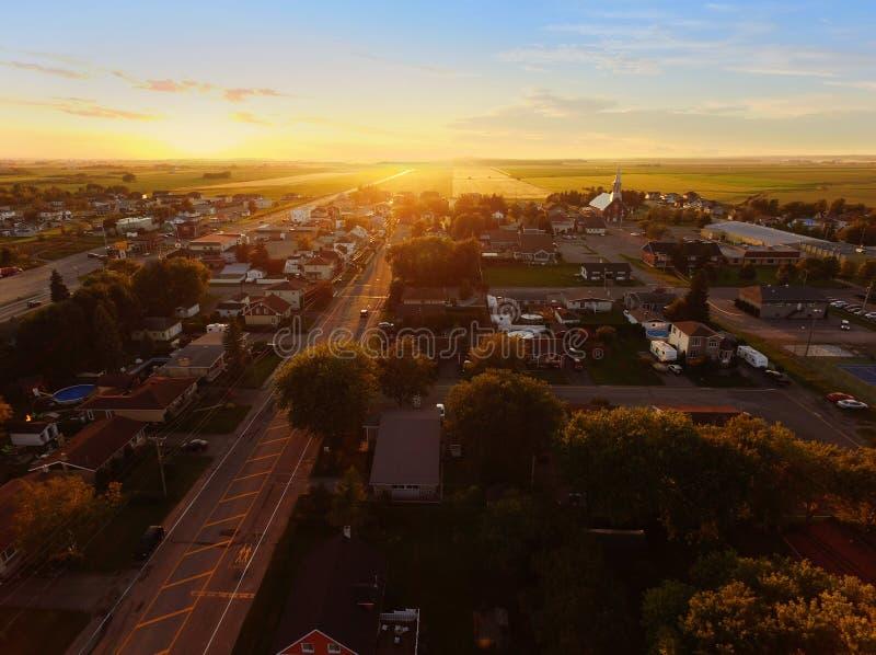 日落鸟瞰图在一个小镇的 库存照片