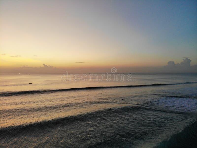 日落鸟瞰图在海有一些小船的,巴厘岛,印度尼西亚的 库存图片