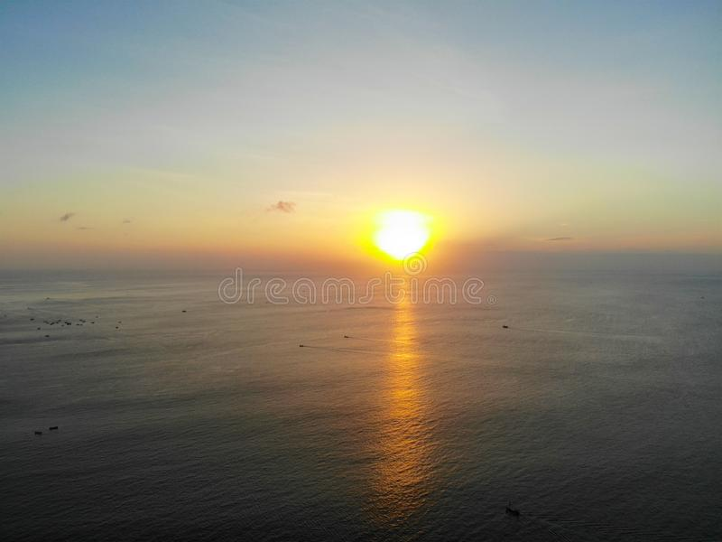 日落鸟瞰图在海,巴厘岛,印度尼西亚的 免版税库存照片