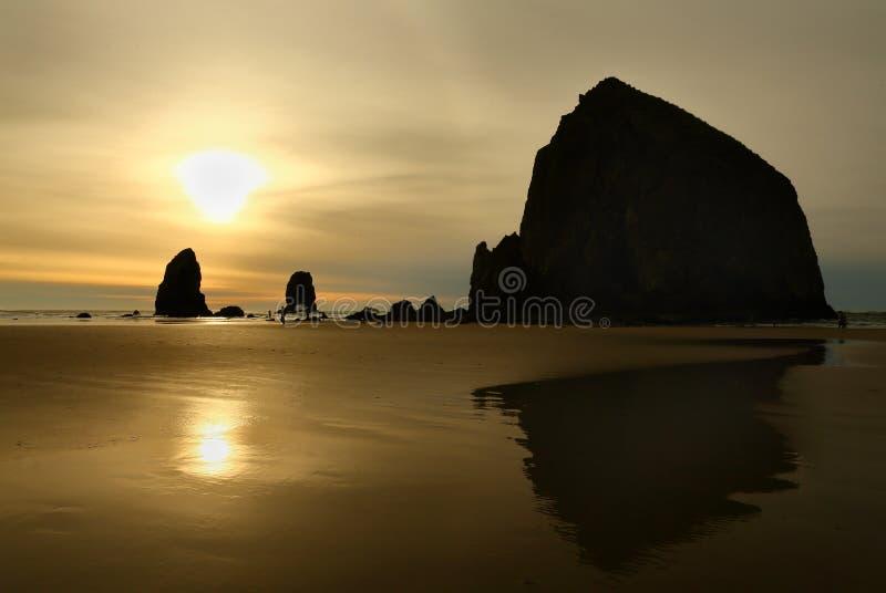 日落,干草堆岩石,俄勒冈,美国 免版税库存照片