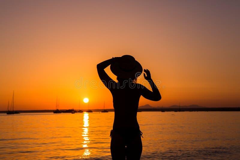 日落,性感的妇女剪影 享受在海滩的无忧无虑的妇女日落 r r ES Prenc海滩 库存图片