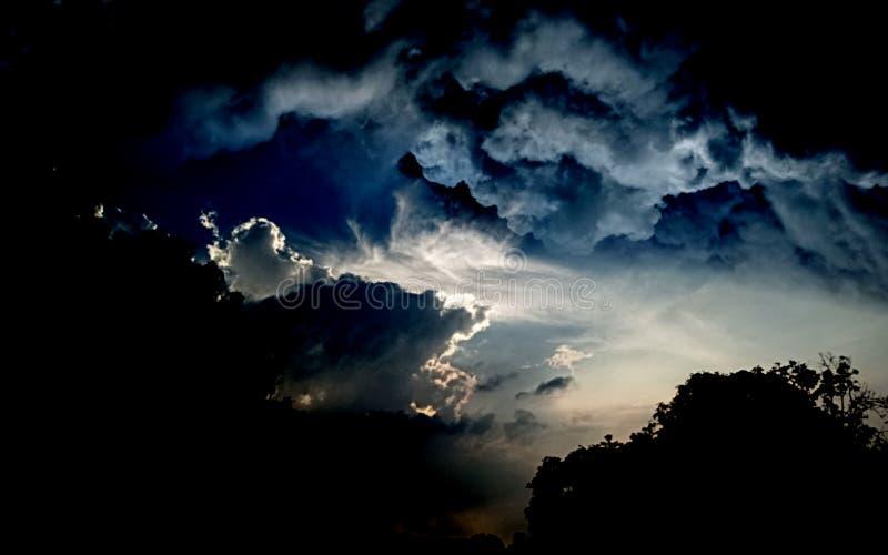 日落,日出风景,全景 r 天空蔚蓝,令人惊讶的五颜六色的云彩 r 艺术性的墙纸 免版税库存图片