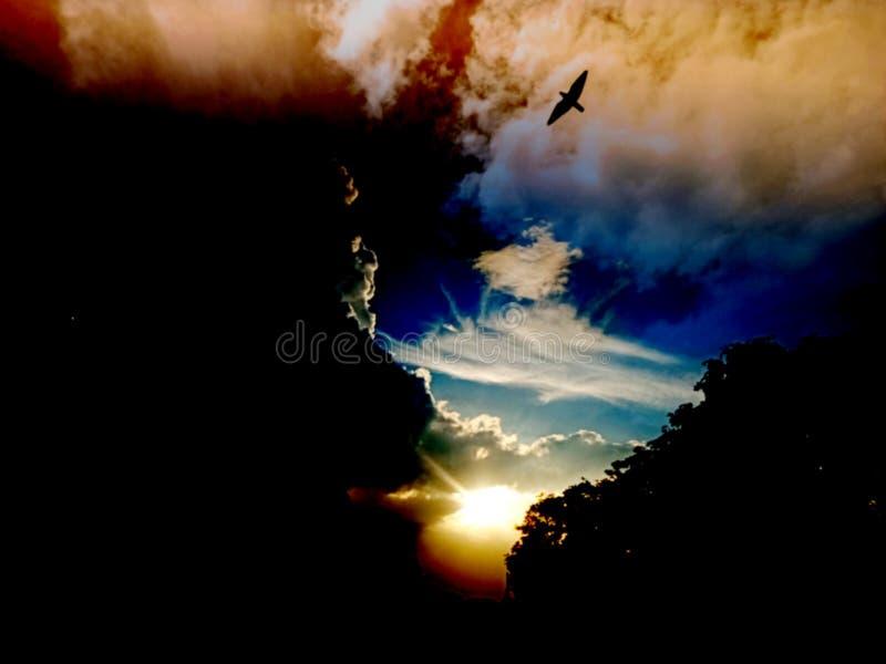 日落,日出风景,全景 r 天空蔚蓝,令人惊讶的五颜六色的云彩 r 艺术性的墙纸 库存照片