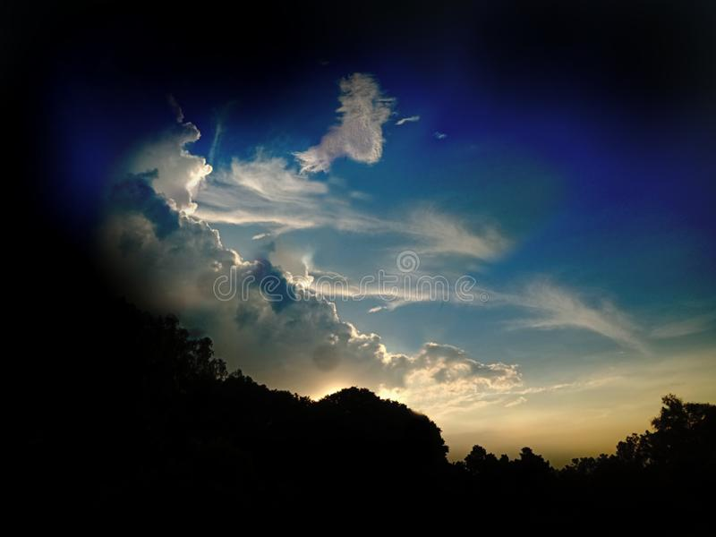 日落,日出,全景 美丽的自然 蓝天,绚丽的彩云 自然背景 艺术壁纸 免版税库存照片