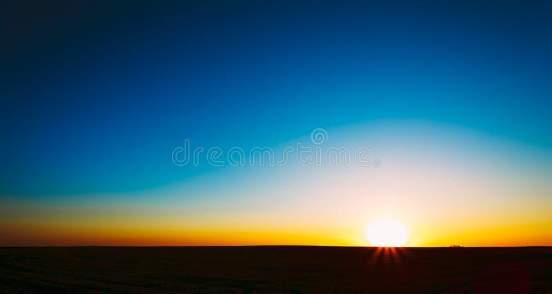 日落,日出,在农村乡下领域的太阳 免版税库存照片