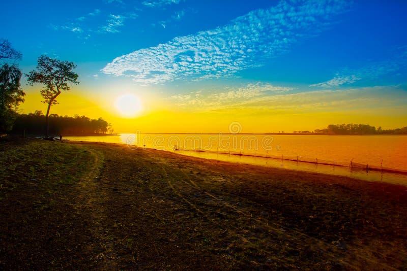日落,日出-黎明,春天,码头,湖 免版税图库摄影