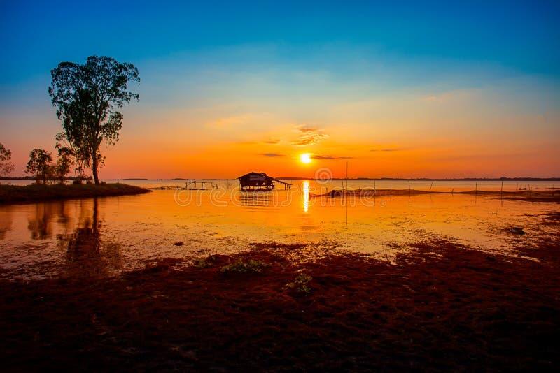 日落,日出-黎明,春天,码头,湖 免版税库存照片