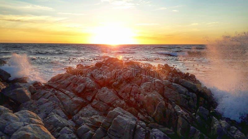 日落,海洋,岩石,闪闪,天空 库存图片