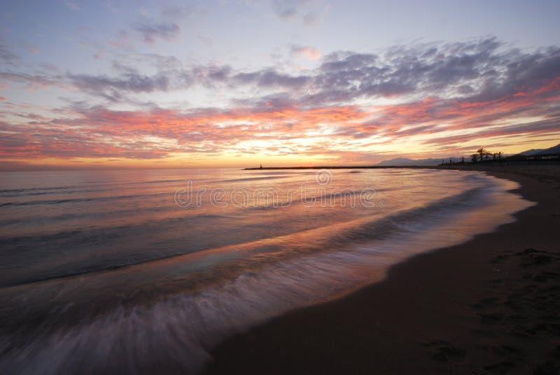 日落, Puerto Cabopino,西班牙。 免版税图库摄影
