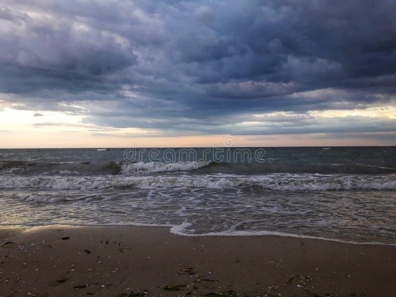 日落 天空和海云彩和天际 养蜂家 在雷暴前的天空 展望期 风暴 免版税库存图片