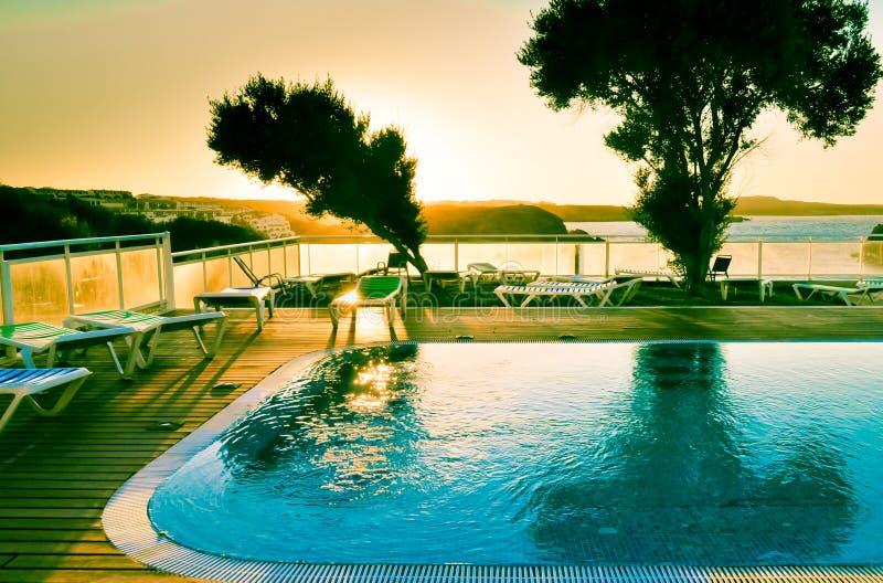 日落 池海运游泳视图 库存图片
