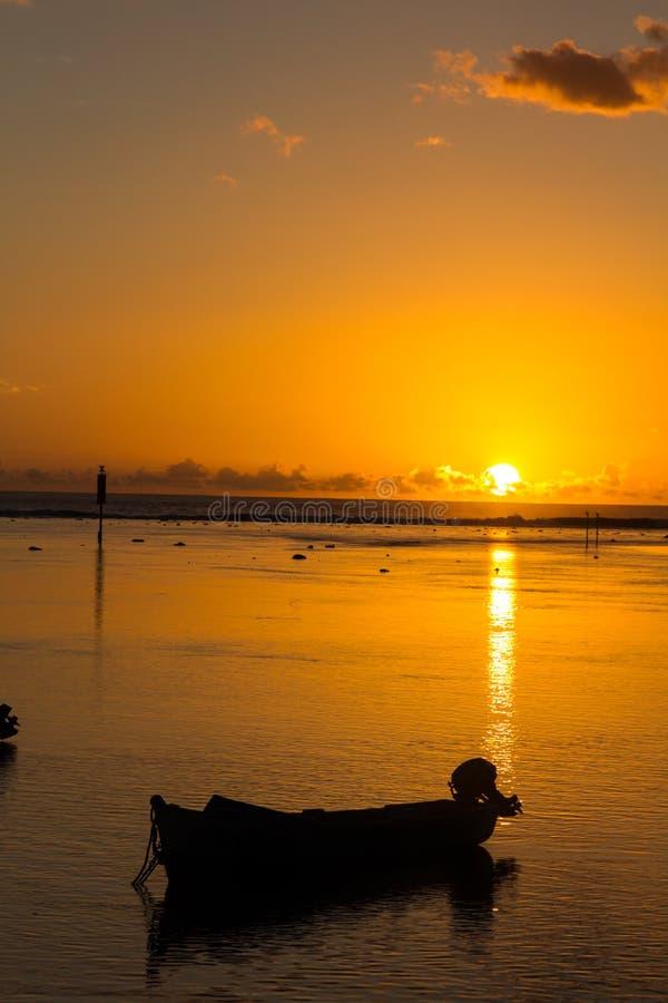 日落974海岛小船火在水中 免版税库存照片
