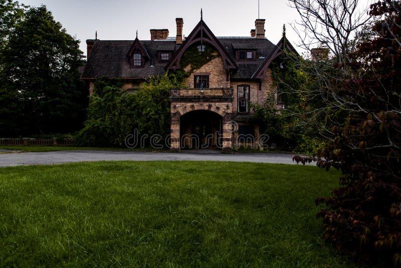 日落/蓝色小时外视图-被放弃的Tioranda豪宅和医院-纽约 库存图片