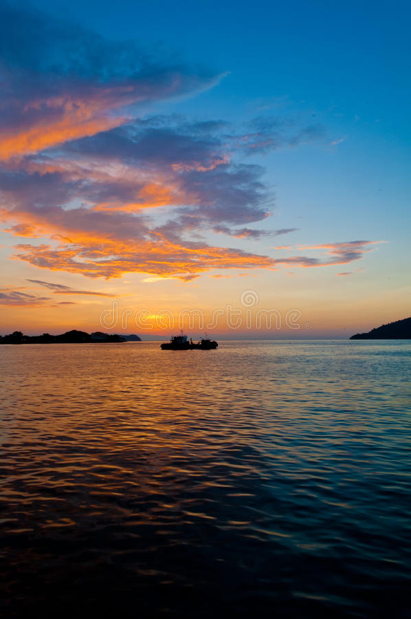 Download 日落 库存照片. 图片 包括有 焕发, 端口, 远离, 早晨, 横向, 黎明, 马来西亚, 云彩, 海洋 - 30331210