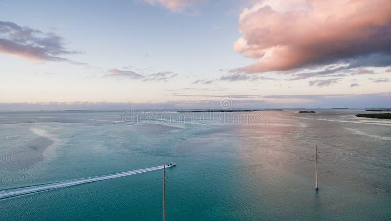 日落Beaufitul鸟瞰图在海洋的 免版税库存照片