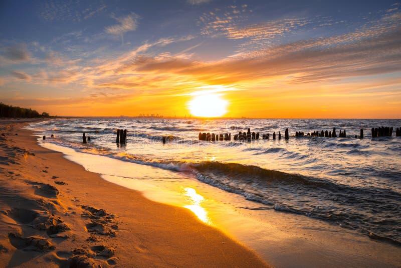 日落ovet波罗的海海滩 免版税库存照片