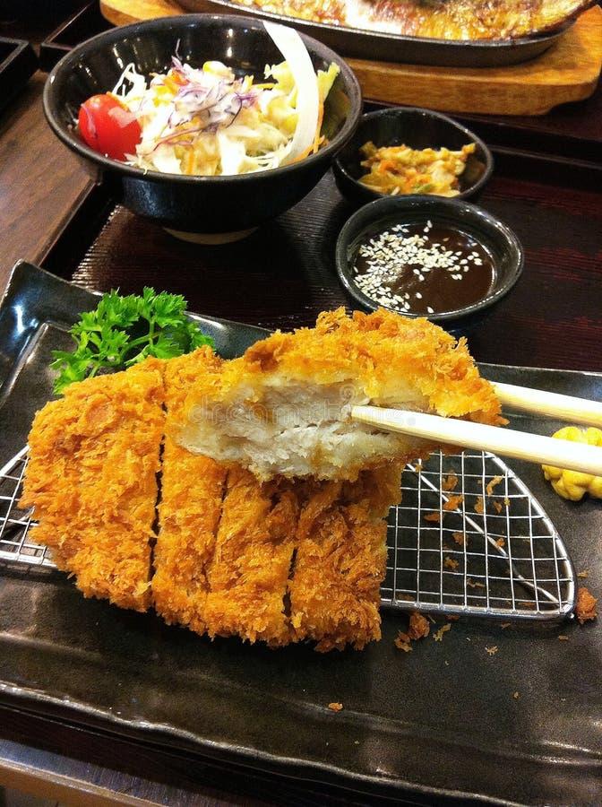 日语在被油炸的猪肉炸肉排上添面包也知道作为Tonkatsu,菜沙拉 库存照片