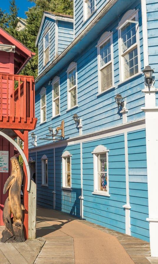 9? 17日2018年- Ketchikan,AK:在五颜六色的木大厦之间的狭窄的胡同在历史的小河街道上 免版税库存图片