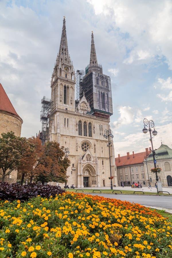 日间萨格勒布大教堂在夏天 库存图片