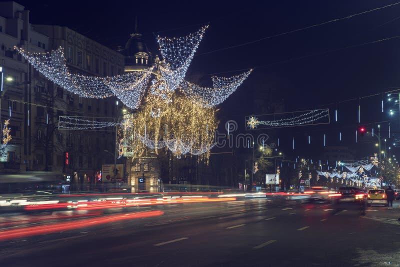 13日DEC 2018年,在Bulevardul布加勒斯特长的曝光图象的尼古拉伯尔切斯库的罗马尼亚,布加勒斯特富有的圣诞装饰 免版税图库摄影
