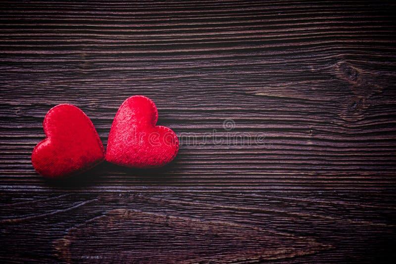 日s华伦泰 在老木板条的被缝合的枕头红色心脏晒衣夹,葡萄酒口气 愉快的恋人天卡片嘲笑  免版税库存图片