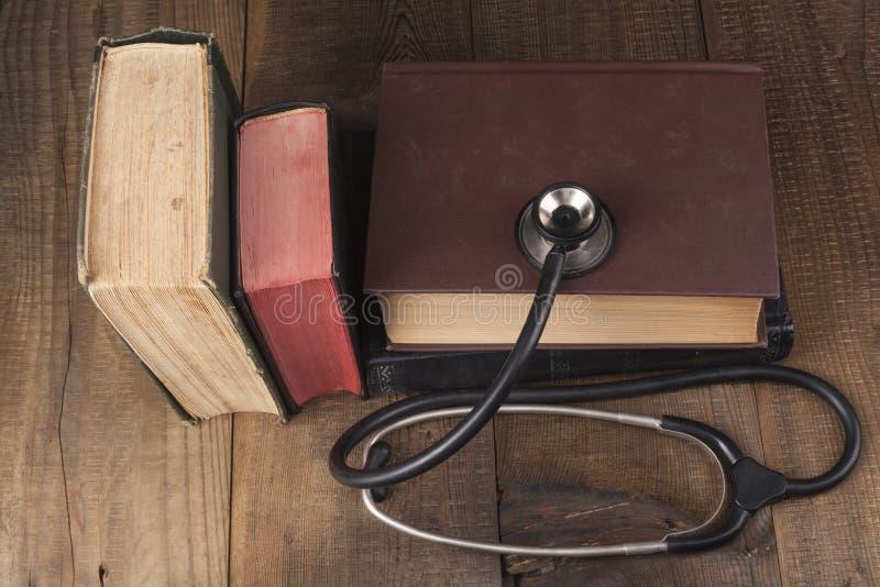 旧书和听诊器 库存照片
