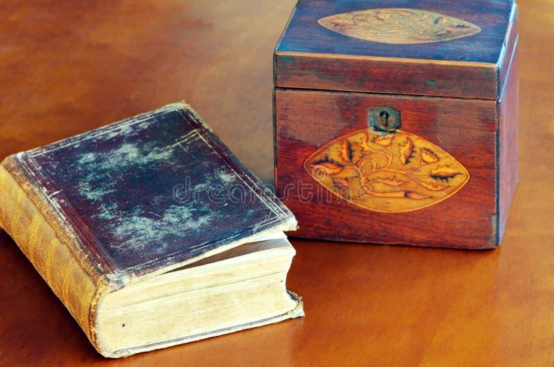 旧书和配件箱 库存图片