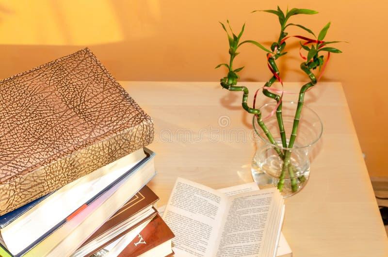 旧书堆在桌上 库存图片