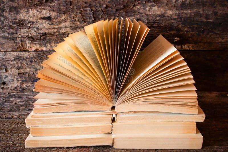 旧书打开与散开的页的书 免版税库存照片