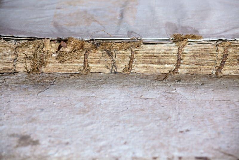 旧书盖子葡萄酒纹理隔绝了黑背景古老剥落宗教历史原稿纸约束信件Yid 库存图片