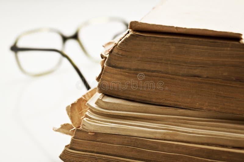 旧书详细资料与玻璃的 库存照片