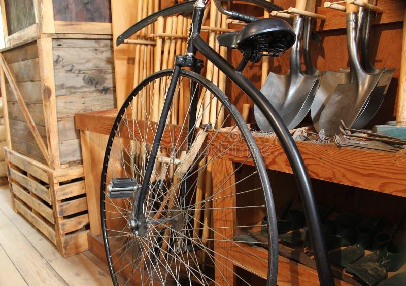旧时自行车 免版税库存照片
