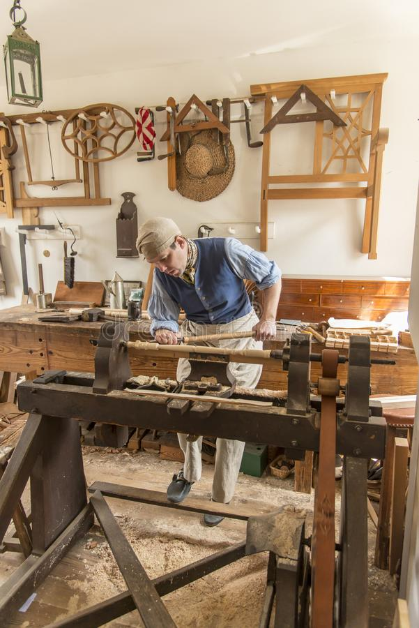 旧时雕刻的木匠在威廉斯堡,弗吉尼亚 免版税库存照片