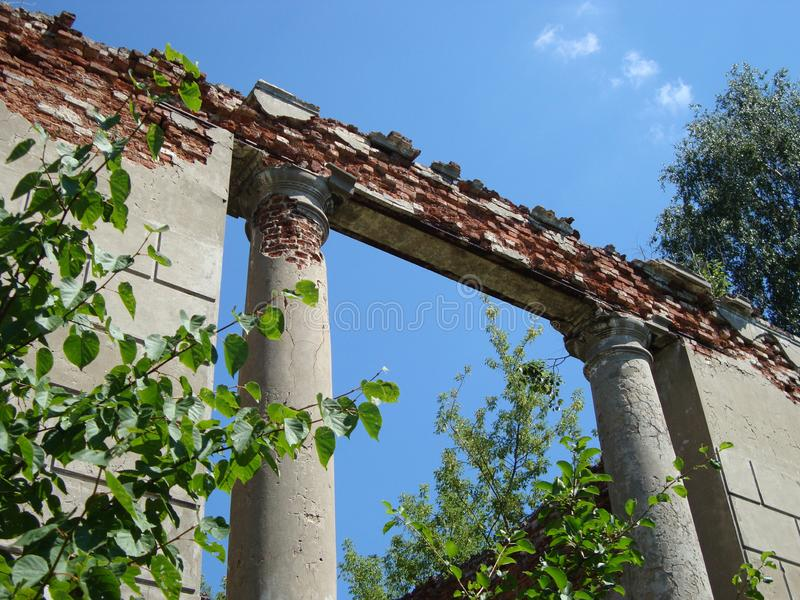 旧时高尚的庄园粉碎的废墟在一个晴天 免版税库存图片