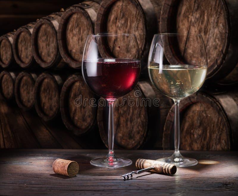 旧木桌上的酒杯 在酒窖品酒 库存照片