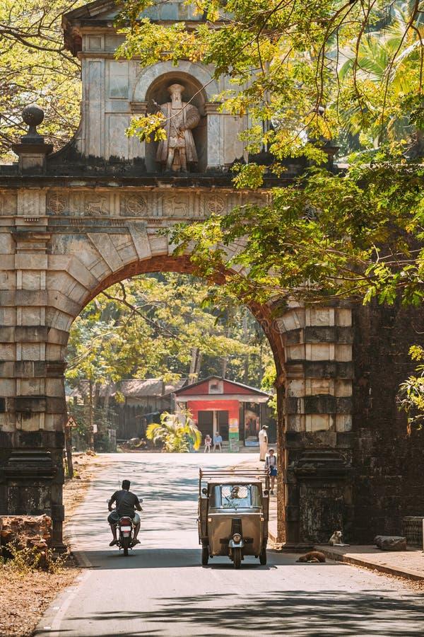 旧果阿,印度 《机动三轮车》 著名的瓦斯科达伽马门地标及 免版税库存照片