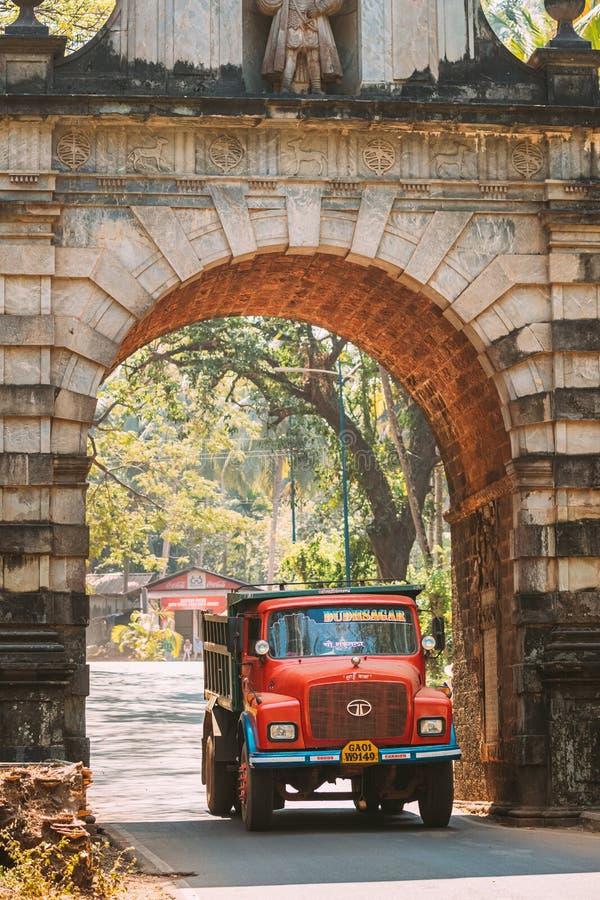 旧果阿,印度 穿过旧总督拱门的红色卡车 著名的瓦斯科达伽马门地标及历史 免版税库存图片