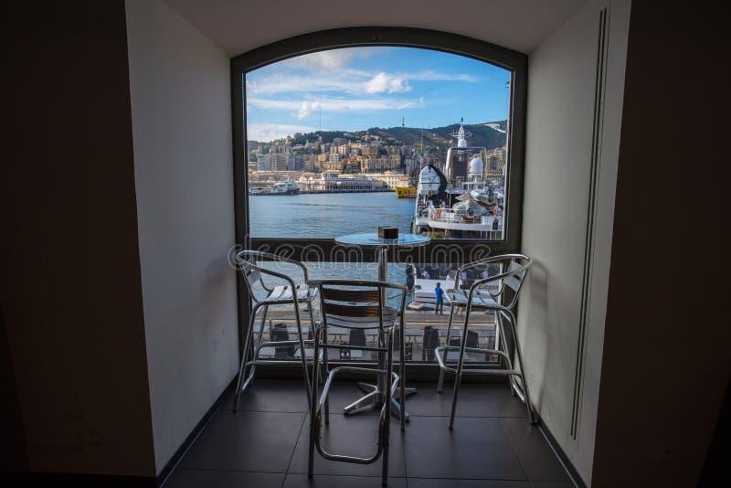 旧港口区域, `波尔图Antico `,旅游地方看法在热那亚,意大利,通过酒吧的窗口 库存图片